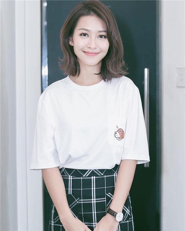 Khả Ngân làm bừng sáng ngày cuối tuần bằng style đơn giản mà siêu dễ thương cùng áo thun trắng và váy theo xu hướng monochrome.