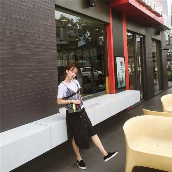 Hot girl Sun HT đáng yêu và đầy phá cách với gu thời trang đen trắng hiện đại.