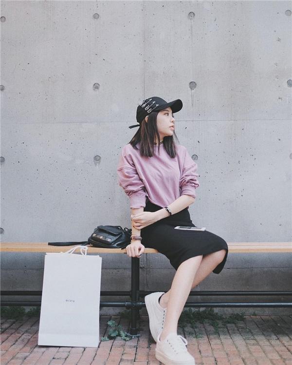 Hot Instagrammer Hạt Mít năng động xuống phố cùng set đồ dễ ứng dụng, có trong tủ đồ của mọi cô gái.