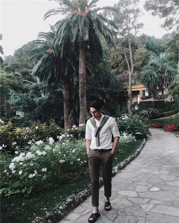 """Hot blogger Việt tại Anh Quyền Mike lại """"đốn đổ"""" trái tim chị em với sơ mi trắng và style cực lãng tử."""