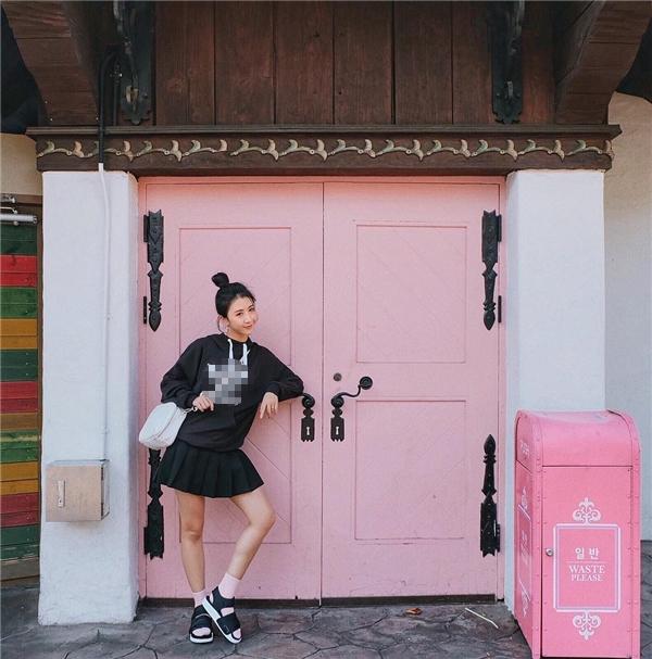 Quỳnh Anh Shyn khỏe khoắn, linh hoạt, tha hồ vi vu với set đồ áo hoodie, váy xếp ly và sandal.