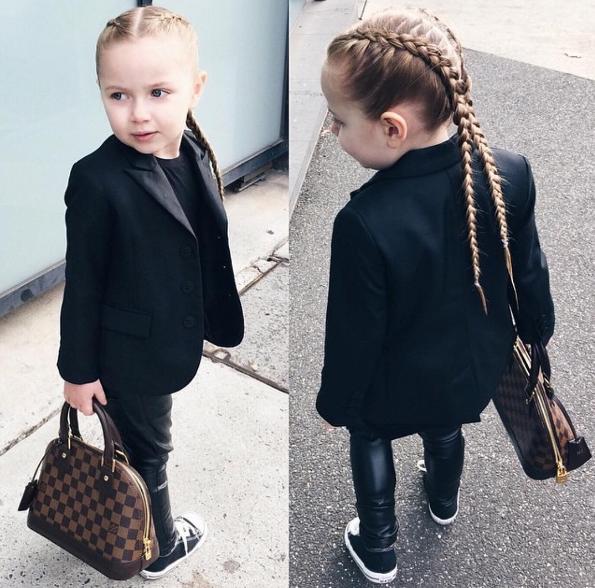 Cô bé may nhất trần đời có bố chọn cho váy áo đẹp quá sức tưởng tượng