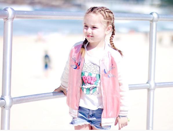 Những phụ kiện bé xinh giúp cô bé trông nổi bật hơn nhiều.