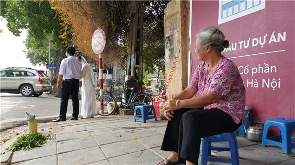 Trước cảnh tấp nập người qua lại chụp hình, bà Lương cũng vui nhưng trong lòng bâng khuâng, buồn bã vì đã ngồi bán hàngdưới gốc cây này hơn 20 năm rồi.