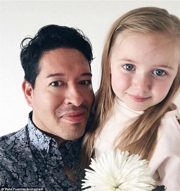 """""""Cái tên @thedaddyfashionstylist là một cách chơi chữ. Tôi là một ông bố, tôi thích thời trang và tôi là stylist cho con gái của mình"""", Fuentes chia sẻ với Daily Mail Úc."""