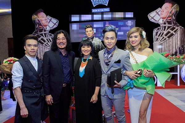 Tại đêm nhạc, nam ca sĩ cũng giới thiệu bạn gái với vợ chồng ca sĩ Vũ Hà, Cẩm Vân - Khắc Triệu…cùng một số bạn bè nghệ sĩ khác như ca sĩ Lệ Quyên, diễn viên Kim Khánh, nhạc sĩ Hoài Nam… - Tin sao Viet - Tin tuc sao Viet - Scandal sao Viet - Tin tuc cua Sao - Tin cua Sao