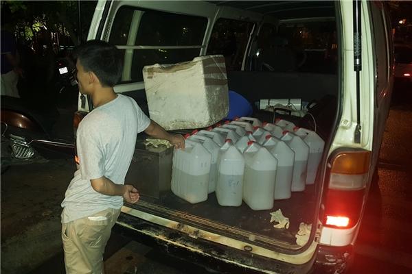 Nhiềucan chứa đầy các chế phẩm tẩy uế, phòng chống bệnh dịch cũng được đưa đến hiện trường.