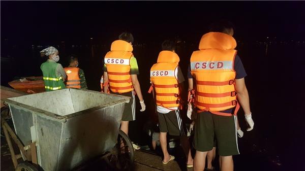 Hà Nội: Lực lượng chức năng nỗ lực cứu cá Hồ Tây xuyên đêm
