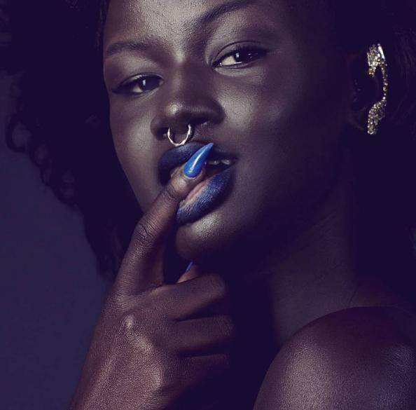 Giữ được vẻ đẹp tự nhiên và bằng chính sự tự tin của bản thân, Diop đã tỏa sáng đầybất ngờ, đập tannhững quan niệm cũ rích về chuẩn mực cái đẹp phải là làn da trắng sáng.