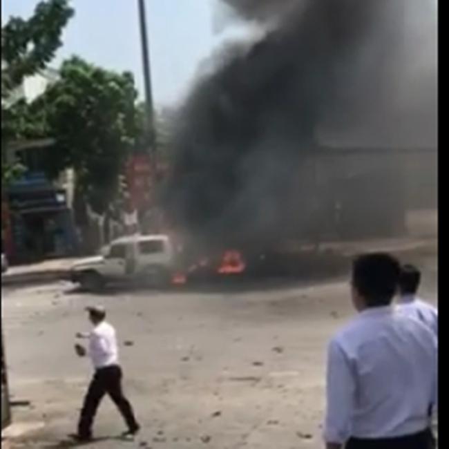 Chiếc ô tô thứ hai vừa chạy đến nơi cũng bị cũng bị đám cháy từ chiếc xe taxi lan sang.