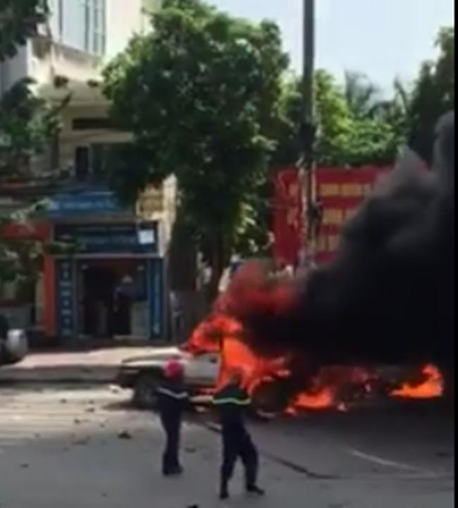 Phòng Cảnh sát PCCC số 2, Cảnh sát PCCC Quảng Ninh đã nhanh chóng tiếp cận hiện trường, tiến hành dập lửa, chống cháy lan sang các phương tiện khác.