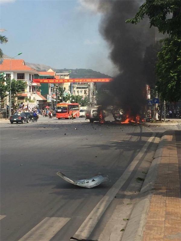 Vụ cháy lớn thu hút sự to mò của người dân