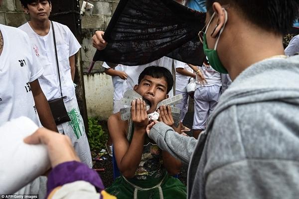 Rùng mình nghi thức rợn người ở lễ hội ăn chay kinh dị nhất Thái Lan