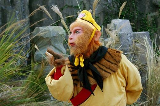 Mỗi lần cần sự trợ giúp của các bản sao, Tôn Ngộ Không liền bứt một nhúm lông và dùng phép Phân Thânbiến ra hàng tá Tôn Ngộ Không khác.