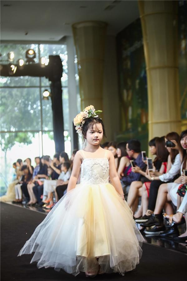 Những chi tiết nơ to bản, nhún phồng xoè, đính hoa dọc theo thân váy… cũng được áp dụng để tôn lên triệt để nét dễ thương của các em bé.