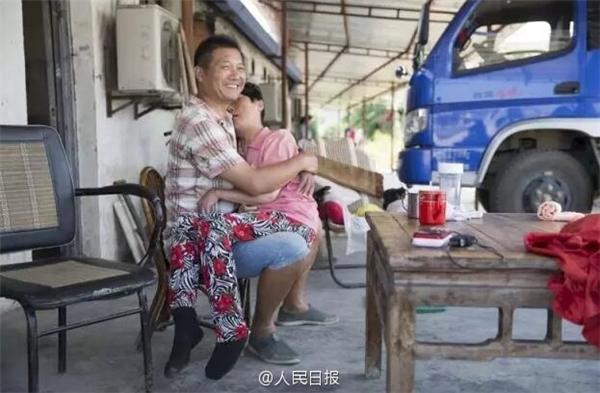 Những buổi chiều rãnh rỗi anh Dư thường ôm vợ trong vòng taythủ thỉ chuyện tròvà nói những câu động viên chị.