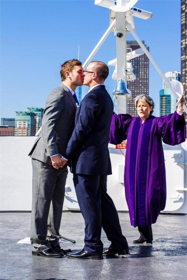 Khó tin điều kì diệu đã đến với cặp đồng tính nam nhờ người sinh hộ