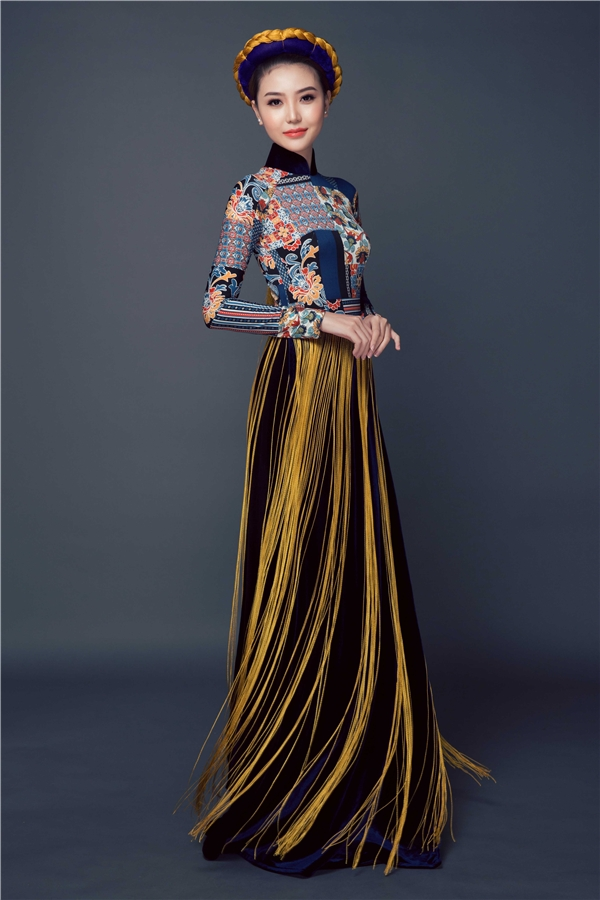 Ba bộ trang phục được lấy cảm hứng từ họa tiết thổ cẩm đặc trưng của dân tộc miền núi phía Bắc Việt Nam. Tất cả được may thủ công, họa tiết thêu tay rất tỉ mỉ.