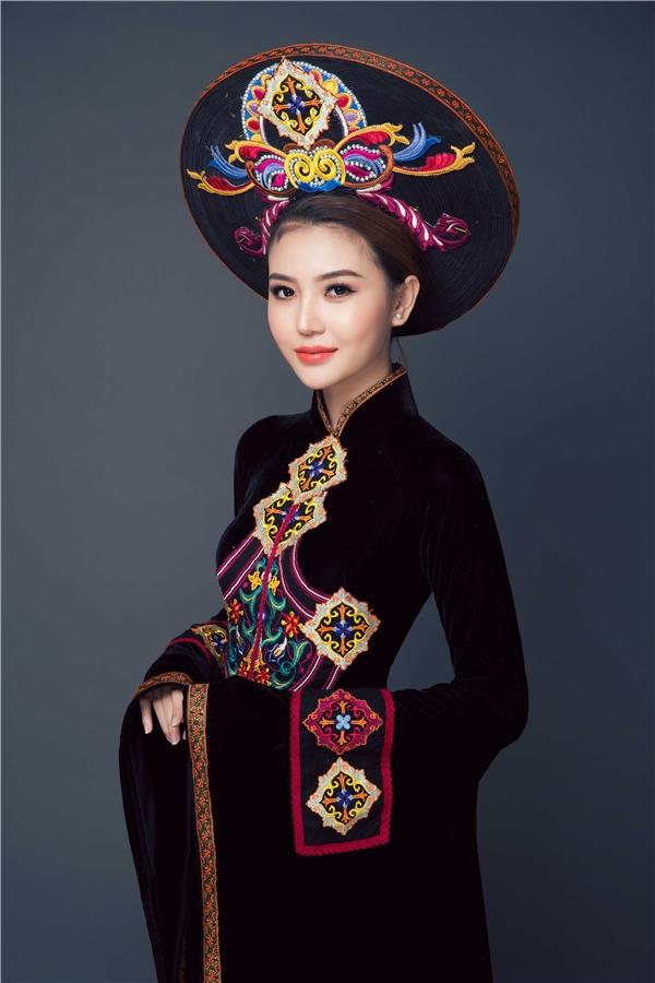 Những chiếc áo dài được Ngọc Duyên lựa chọn có kiểu dáng truyền thống, hoặc cách tân nhẹ nhàng ở phần cổ. Tất cả đều được thực hiện trên nền chất liệu tơ gấm.