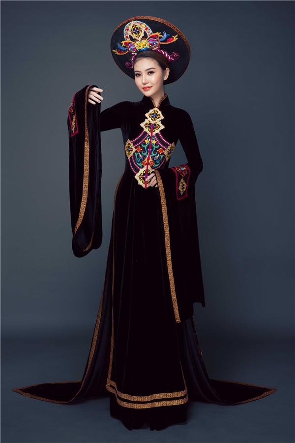 Cổ áo và tay áo được đính pha lê nhằm tăng thêm độ bắt sáng cho trang phục. Họa tiết hoa trên thân và tua rua ở tà áo là điểm nhấn mà người đẹp yêu thích.