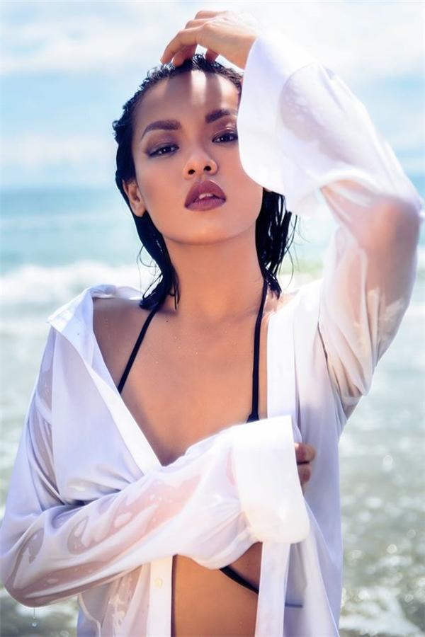 """Bộhình thời trang trên biển với áo sơ mi hờ hững khoác ngoài bikini của Mai Ngôkhiến cư dân mạng phải """"nín thở"""" trước vẻ gợi cảm, nóng bỏng khó cưỡng. - Tin sao Viet - Tin tuc sao Viet - Scandal sao Viet - Tin tuc cua Sao - Tin cua Sao"""