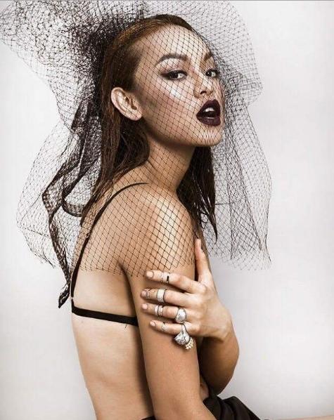 Không chỉ đẹp lên nhờ make-up, làm tóc, phong thái sexy, tự tin xuất thần của người đẹp sinh năm 1995 cũng giúp cô nhận được nhiều lời khen ngợi.