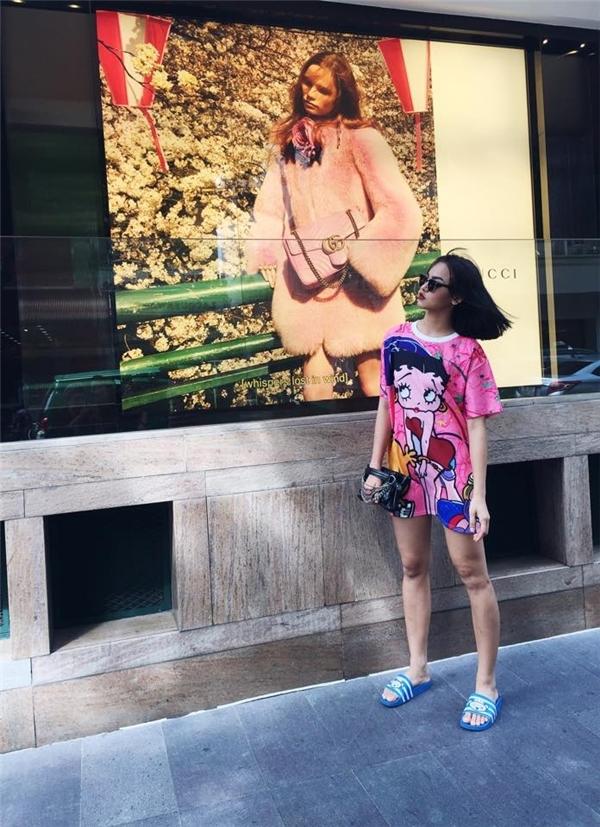 Ưa chuộng mốt giấu quần,Mai Ngôthường diện áo phông dáng dài qua đùi, nhằm tạo vẻ năng động, cá tính và thể thao. - Tin sao Viet - Tin tuc sao Viet - Scandal sao Viet - Tin tuc cua Sao - Tin cua Sao