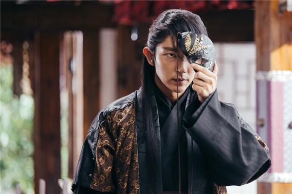 Tứ gia Lee Jun Ki với vẻ đẹp cực ngầu khiến các fan mê như điếu đổ.