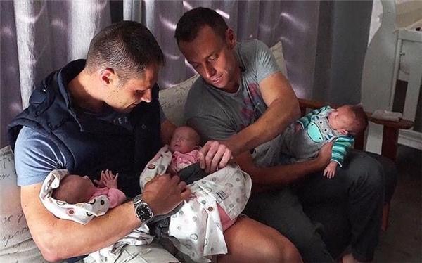 Christo và Theo là cặp đồng tính nam đầu tiên trên thế giới sinh ba thông qua người đẻ thuê.