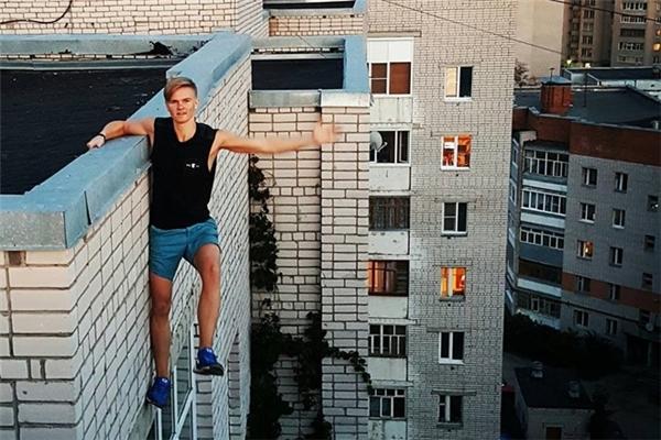 Andrey Retrovskymãi ra đi ở tuổi 17, do đu mình ra ngoài tòa nhà 9 tầng để selfie
