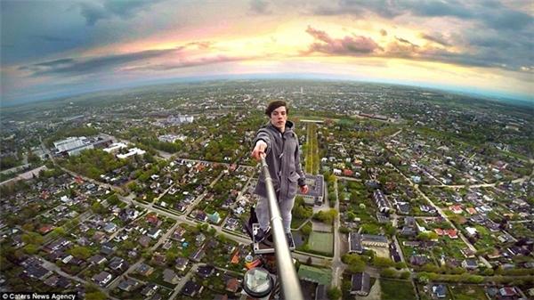 Chàng trai Ervin Punkar dùng gậy selfie để chụp ảnh từ đỉnh tòa tháp truyền hình cao 183 m ở Tartu, Estonia.