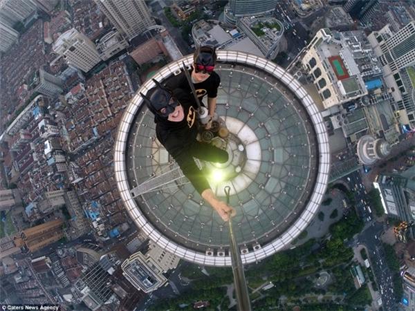 Hai chàng trai Nga hóa thân thành người dơi leo lên nóc tòa nhà cao 420m ở Thượng Hải để chụp ảnh selfie.