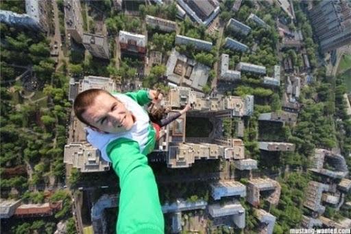 Hiện nay, một trong những trào lưu được giới trẻ yêu thích là chinh phục độ cao. Vì thế, những bứcảnh chụp ởcác tòa nhà cao tầng được nhiều người thi nhau chia sẻ.