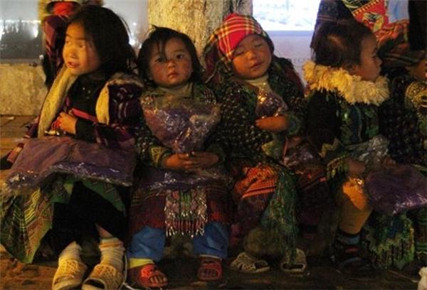 Những em bé H. Mongcó tuổi thơ bị thiêu rụi ở ngoài đường với những món hàng thổ cẩm