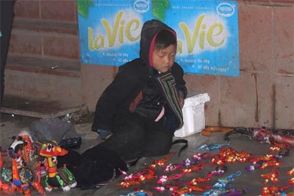 Đêm đã khuya, cái lạnh len lỏi vào khắp các ngã đường thì các em vẫn chưa ngừng công việc sau một ngày bán đồ cho khách du lịch.