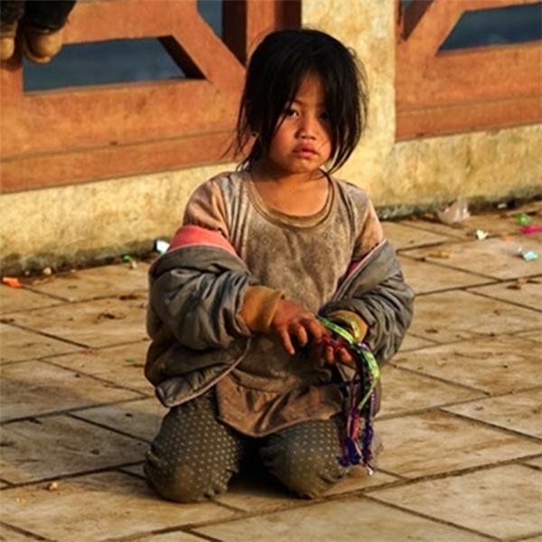 Khi cái lạnh đến thấu xương thì cô bé này vẫn chỉ một manh áo lộ ra những mảng da lạnh cóng.
