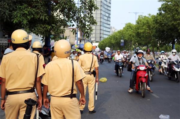 Người tham gia giao thông vẫn còn mơ hồ chuyện có được rẽ phải khi đèn đỏ. (Ảnh: internet)