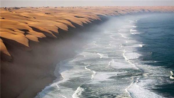 2. Những cồn cát tại sa mạc Namib nối tiếp nhau kéo dài tới mép vùng biển Đại Tây Dương, tạo thành một cảnh quan tuyệt diệu khiến bạn phải trầm trồ.