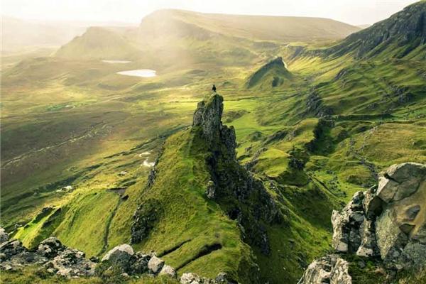 3. Đảo Skyle của Scotland nổi tiếng với khung cảnh hoang sơ và bí ẩn. Bước đi giữa rừng núi hoang vắng, bạn sẽ chợt bắt gặp những lâu đài cổ cùng hồ nước trong vắt như hiện ra từ chốn thần tiên.