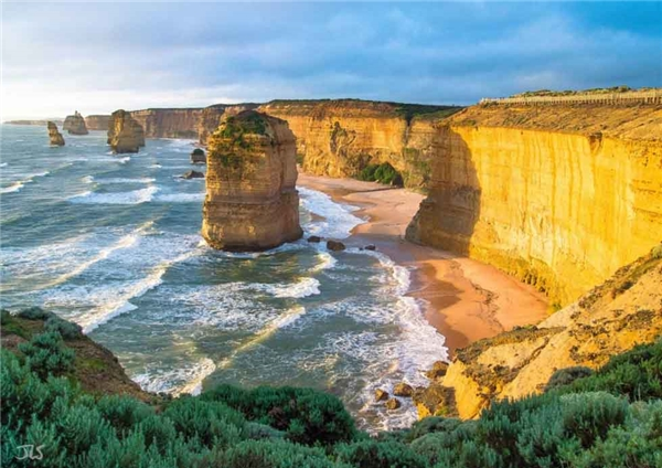 4. Twelve Apostles là vách đá vôi nhô ra khỏi đại dương ngoài khơi bờ biển tại công viên quốc gia Port Campbell, Úc, được hình thành cách đây hàng trăm ngàn năm do các hoạt động địa chất và sự dịch chuyển của lớp vỏ đại dương.