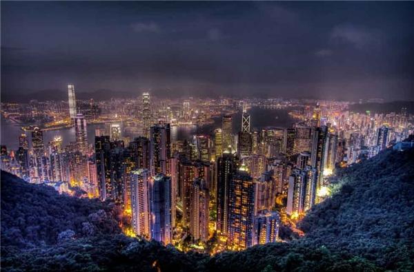6. Đỉnh Victoria, Hồng Kông, Trung Quốc là nơi lý tưởng để du khách có thể thu vào tầm mắt toàn bộ cảnh đêm lung linh huyền ảo của thành phố.