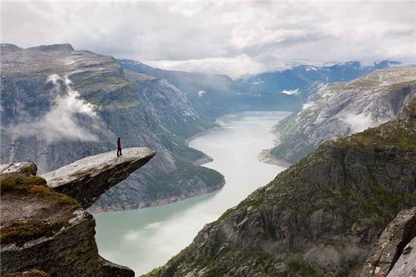 9. Cách duy nhất để tiếp cận đỉnh Lưỡi Quỷ, Na Uy là đi bộ suốt quãng đường dài hơn 12km.