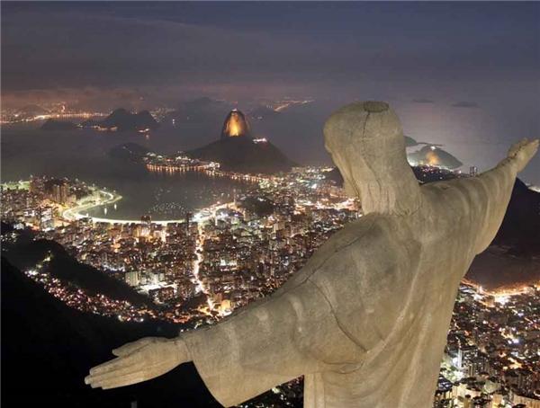 10. Trên đỉnh núi Corcovado, nơi có bức tượng Chúa Kito Cứu Thế nổi tiếng, bạn có thể trải nghiệm một góc nhìn thực sự độc đáo của thành phố Rio sôi động cũng như ngọn núi Sugarloaf.