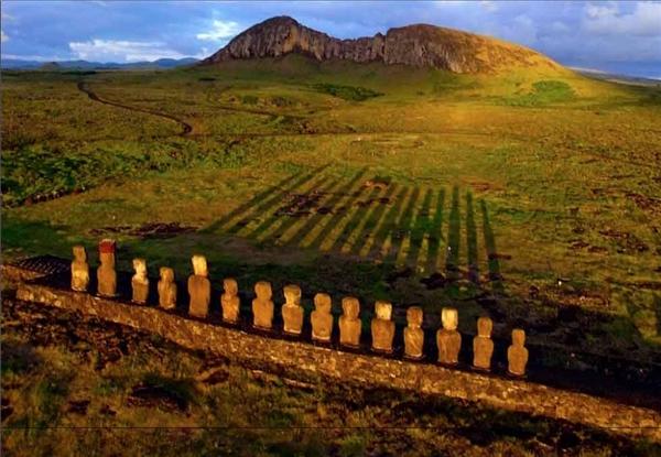 11. Đảo Phục Sinh là một mảnh đất hoang vắng ẩn mình trên vùng biển Thái Bình Dương bao la. Ánh hoàng hôn buông xuống những bức tượng đá cổ tạo nên một vẻ đẹp khó diễn tả thành lời.