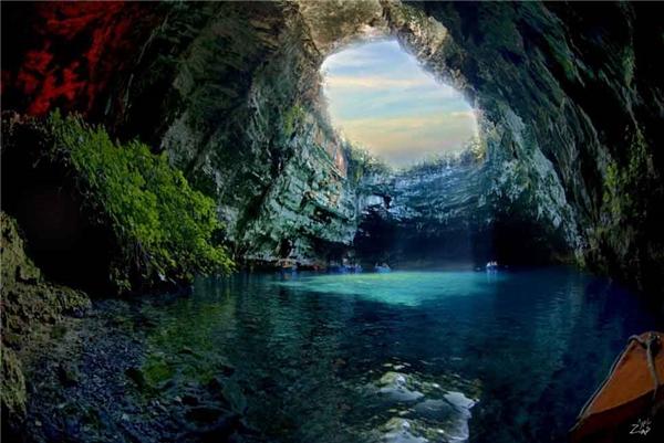 12. Theo thần thoại Hy Lạp, hang Melissani được đặt theo tên của một nữ thần có nhan sắc tuyệt trần nhưng đã gieo mình xuống hồ tự tử vì không được đáp lại tình yêu. Ngày nay, du khách cũng khó lòng cưỡng lại vẻ đẹp của làn nước trong xanh tại hang động này.