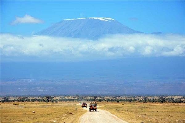 14. Ước tính có khoảng 40.000 du khách tham gia vào hành trình chinh phục đỉnh Kilimanjaro, Tanzania mỗi năm, không kể tới hướng dẫn viên và nhân viên du lịch. Thậm chí ngay từ xa, ngọn núi này cũng tạo nên một cảnh quan thực sự đáng kinh ngạc.