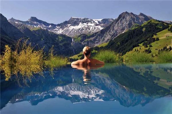 15. Khách sạn Cambrian nằm trên dãy núi Alps thuộc Thụy Sĩ là một trong những khu nghỉ dưỡng có tầm nhìn đẹp và ngoạn mục nhất thế giới. Sự lãng mạn và phong cảnh hùng vĩ nơi này như chỉ có trong các câu chuyện cổ tích.