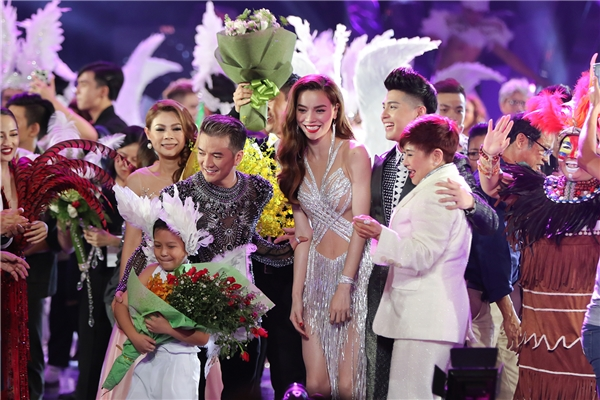 Chứng kiến tình cảm của người thân, bạn bè và nhất là khán giả hâm mộ, Mr Đàm đã thực sự xúc động và hạnh phúc khi nhận được rất nhiều hoa, quà từ mọi người. - Tin sao Viet - Tin tuc sao Viet - Scandal sao Viet - Tin tuc cua Sao - Tin cua Sao