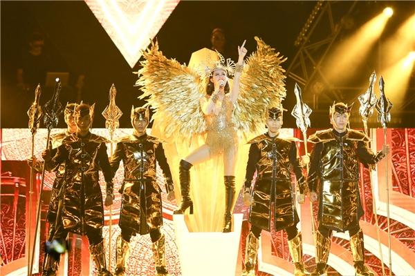 Đông Nhi xuất hiện như một nữ vương đầy quyền lực vô cùng gợi cảm, xinh đẹp, với đôi cánh lớn cùng vương miện làm điểm nhấn. - Tin sao Viet - Tin tuc sao Viet - Scandal sao Viet - Tin tuc cua Sao - Tin cua Sao