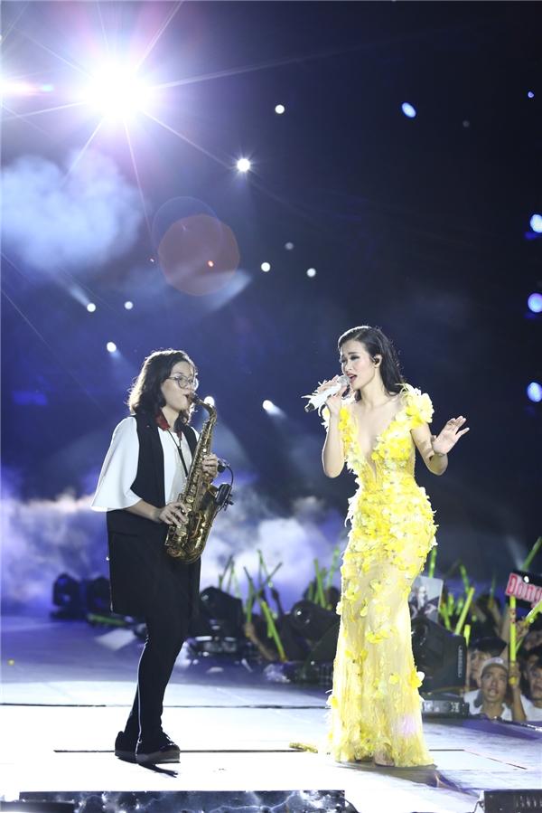 Hình ảnh Đông Nhi diện chiếc váy hoa màu vàng cầu kì và hát Ballad khiến khán giả không khỏi xuýt xoa. - Tin sao Viet - Tin tuc sao Viet - Scandal sao Viet - Tin tuc cua Sao - Tin cua Sao